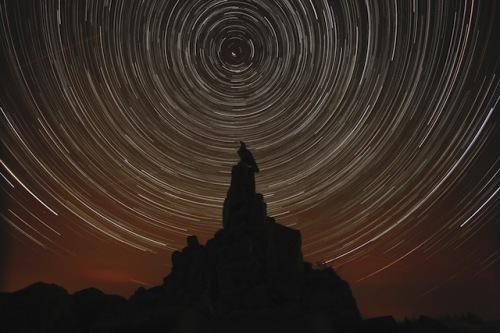 Am Nachthimmel in der Rhön ziehen unzählige Sterne ihre Bahnen. Foto: djd/Tourismus GmbH Bayerische Rhön/Werner Klug