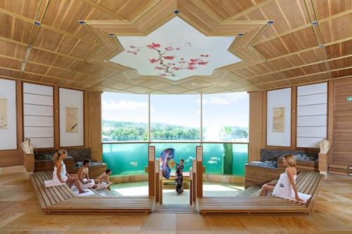 In der Thermen & Badewelt Sinsheim schwitzen Gäste in der größten Sauna der Welt und können dabei farbenprächtige Kois im Aquarium beobachten. Foto: djd/Thermen & Badewelt Sinsheim