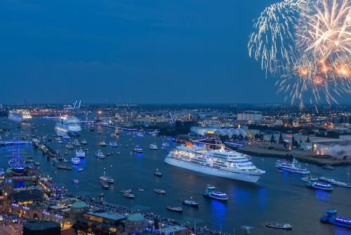 MS EUROPA während der Hamburg Cruise Days Parade durch den von Lichtkünstler Michael Batz blau illuminierten  Hamburger Hafen Foto: Hapag-Lloyd Kreuzfahrten