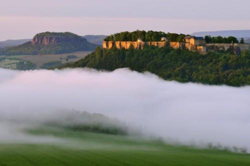 Tafelberge-Pfaffenstein-(links)-und-Koenigstein-mit-Festung-Koenigstein-(rechts)---Foto-Frank-Exss-TVSSW