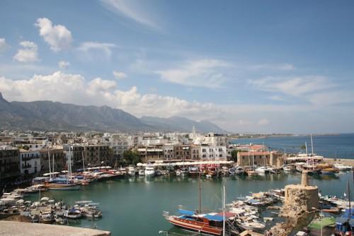 Malerische Hafenstädtchen sind an der Küste Nordzyperns ebenso zu finden wie einsame Badebuchten und komfortable Hotels. Foto: djd/SunTrips Reisen GmbH