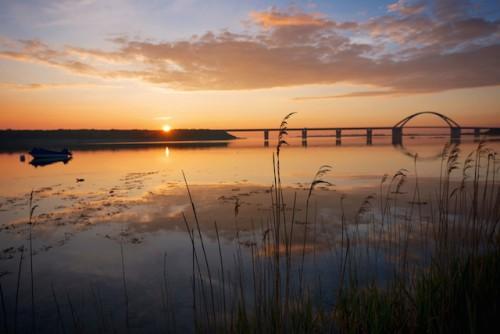 Wo die Fehmarnsund-Brücke das Festland mit der Insel Fehmarn verbindet, liegt die Ferienregion OstseeSpitze. Foto: djd/LTO OstseeSpitze