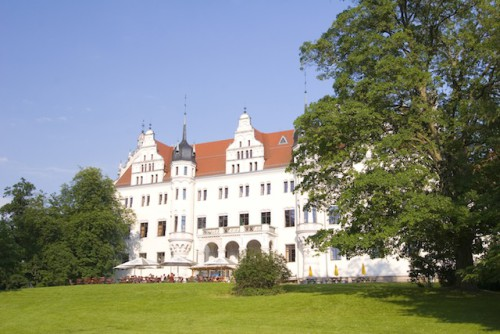 Früher kehrte im Schloss Boitzenburg der Adel ein und aus. Inzwischen beherbergt eines der größten Schlösser der Region ein Familienhotel. Auch Hochzeitspaare zieht es häufig in die traumhafte Kulisse. (Foto: epr/Kappest/Uckermark)