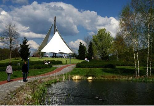 Die Aussichtsplattform mit Sonnensegel mitten im Kurpark Bad Schlemas ist ein wahrer Eyecatcher! (Foto: epr/Uwe Zenker)