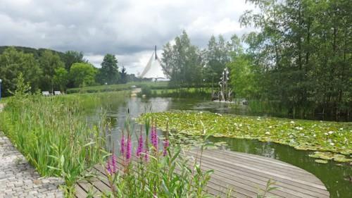 Abschalten in natürlicher Kulisse: Weitläufige Grünflächen und mehrere Teichanlagen vervollständigen das Erholungsparadies. (Foto: epr/Klaus Möckel)