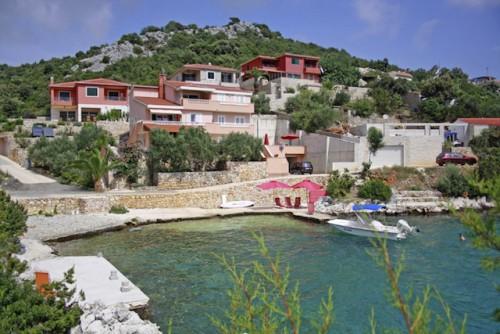Ob romantischer Urlaub zu zweit oder mit der ganzen Familie: Die modernen Appartements mit Meerblick sind für bis zu vier Personen ausgelegt. (Foto: epr/I.D. Riva Tours)