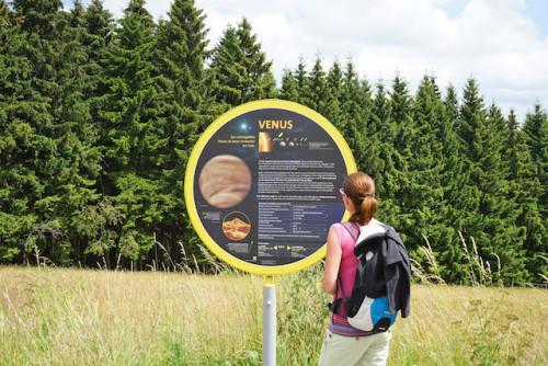 An den Stationen des Rennsteigplanetenwegs erfährt man viel Wissenswertes über die Planeten selbst oder über ihre Größen im Verhältnis zur Sonne. Foto: djd/Regionalverbund Thüringer Wald e. V.