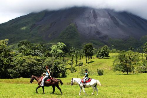 Vulkane gucken auf dem Pferderücken: Costa Rica ist ein ideales Land für eine abenteuerliche Familienreise. Foto: djd/Travelkid Fernreisen GmbH & Co KG