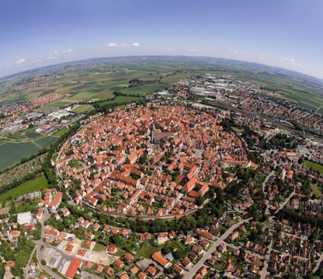 Deutschlands einzige vollständig erhaltene Stadtmauer ist auf einer Strecke von 2,6 Kilometern rundum begehbar – für Besucher immer wieder ein ganz besonderes Erlebnis. (Foto: epr/Tourist-Information Nördlingen)