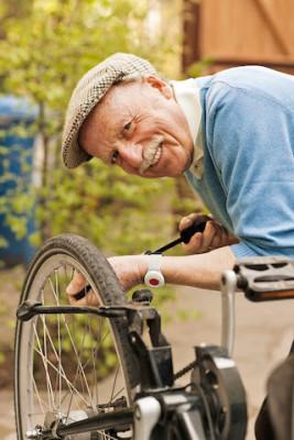 Selbst rüstige Senioren lässt man während des Urlaubs oft nur ungern allein - mit einem Hausnotruf ist man aber immer auf der sicheren Seite. Foto: djd/www.initiative-hausnotruf.de/Darius Ramazani