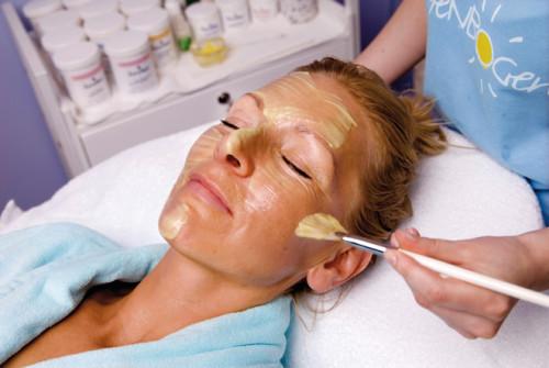 Für strahlende Gesichter: Im neuen Wellnessbereich der Göhrener Ferienanlage können sich Urlaubsgäste mit diversen Beauty-Anwendungen verwöhnen lassen. (Foto: epr/Regenbogen AG)
