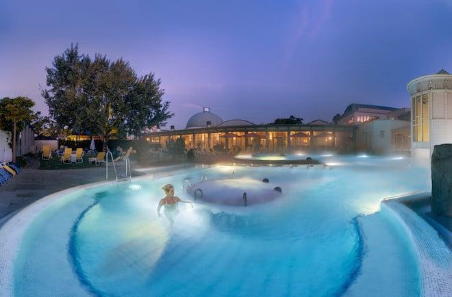 Im Außenbecken des Thermalbades im südbadischen Bad Krozingen warten vielfältige Wasserattraktionen auf die Gäste. (Foto: epr/Bad Krozingen)