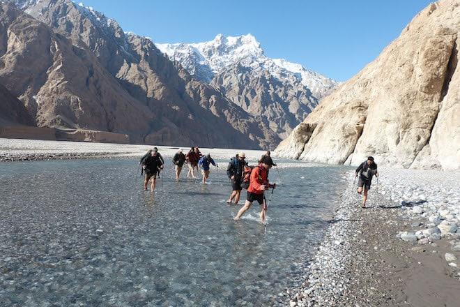 """Manchmal heißt es auch """"Bergschuhe ausziehen"""" auf dem Weg durch das Shaksgam-Tal in Richtung K2-Nordwand. Foto: djd/DAKS - die Welt der Berge"""