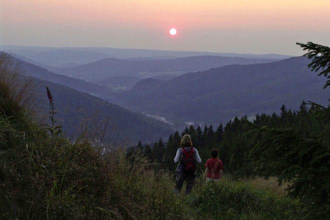 Spektakulärer Sonnenuntergang am Rothaarsteig. Foto: djd/Rothaarsteigverein e.V./K.-P. Kappest