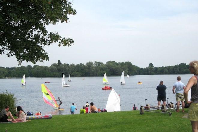 Direkt am Wisseler See gelegen, bietet der Ferien- und Campingpark ein vielfältiges Erholungs- und Urlaubsangebot für Jung und Alt. Foto: djd/Campingpark Wisseler See