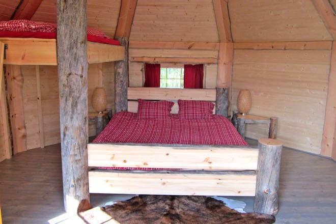 Komfortabel schlafen: Wer im Campingurlaub auf Komfort nicht verzichten möchte, ist im Ferienpark Wisseler See richtig. Foto: djd/Campingpark Wisseler See