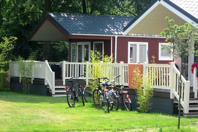 Neben Stellplätzen für Ferien-, Saison- und Dauercampern verfügt der Ferien- und Campingpark Wisseler See auch über mehrere komfortable Mietunterkünfte. Foto: djd/Campingpark Wisseler See
