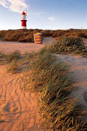Am Borkumer Südstrand steht mit dem Leuchtturm das Wahrzeichen der Insel. Foto: djd/TourismusMarketing Niedersachsen