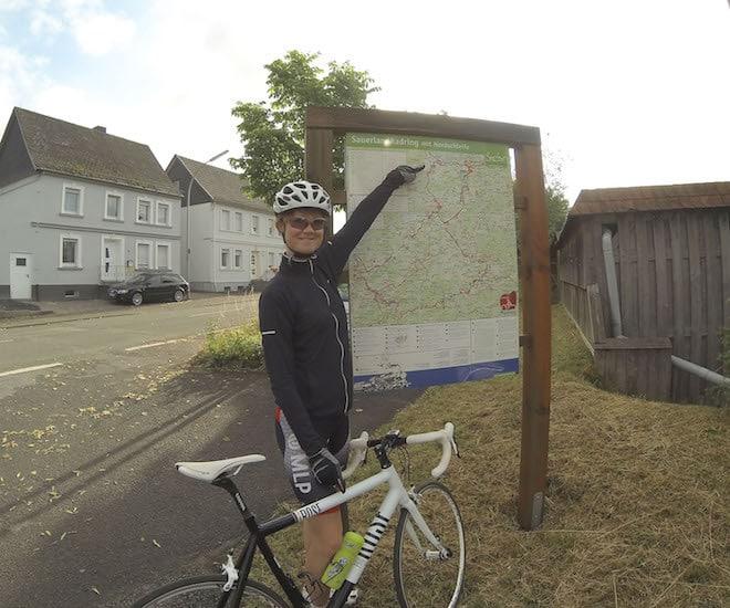 Ramona Plett, Praktikantin beim Sauerland-Tourismus und passionierte Radfahrerin, war schon auf dem Teilstück der Nordschleife unterwegs, das nach umfangreichen Sicherungsarbeiten wieder freigegeben ist. Foto: Sauerland-Tourismus e. V.