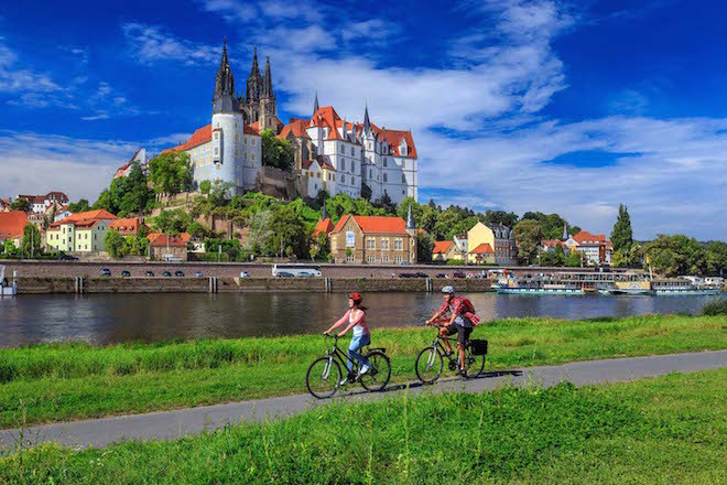 Albrechtsburg und Dom zu Meissen: Der 1220 Kilometer lange Elberadweg ist Deutschlands beliebtester Radweg, er wurde 2013 bereits zum 9. Mal in Folge von Mitgliedern des ADFC zum beliebtesten Fernradweg Deutschlands gewaehlt. Auf 82 km schlaengelt er sich durch das Saechsiche Elbland. Das 1000-jaehrige Meissen an der Saechsischen Weinstrasse wird von der Albrechtsburg, dem ersten Schloss der deutschen Baugeschichte, ueberragt. Die Gruendung der Burg Meissen geht auf das Jahr 929 zurueck.  Der Dom ist zusammen mit der Albrechtsburg ein Teil des sich ueber die Meißner Altstadt erhebenden Burgberg-Ensembles. Foto: © Rainer Weisflog /Tourismusverband Sächsisches Elbland e.V.