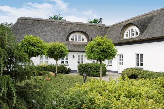 Dänemark lockt mit Vielfalt. Wie wäre es zum Beispiel mit einem Ferienhausurlaub im reetgedeckten Luxuslandhaus inmitten herrlicher Natur und dem Meer direkt vor der Haustür? (Foto: epr/Cofman.de)