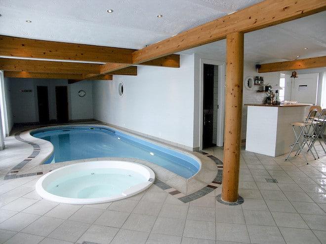 Viele Ferienhäuser sind hochwertig ausgestattet mit Kamin, Sauna sowie Whirl- und Swimmingpool. (Foto: epr/Cofman.de)