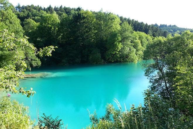 Der Blaue See bei Rübeland ist ein beliebtes Ziel für Wanderer. Foto: djd/Tourismusbetrieb der Stadt Oberharz am Brocken - Rübeländer Tropfsteinhöhlen