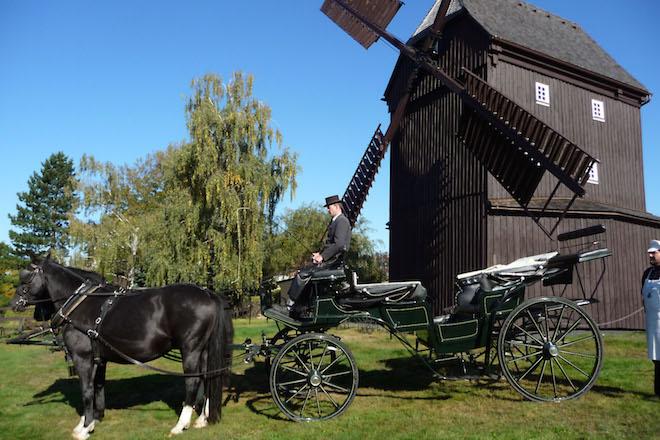 """Als """"Erste Sächsische Hochzeitsmühle"""" hat die holzverkleidete Bockwindmühle in Oderwitz eine neue Aufgabe erhalten. Noch bis in die 1970er Jahre mahlte sie Getreide. Foto: djd/www.Zittauer-Gebirge.com"""