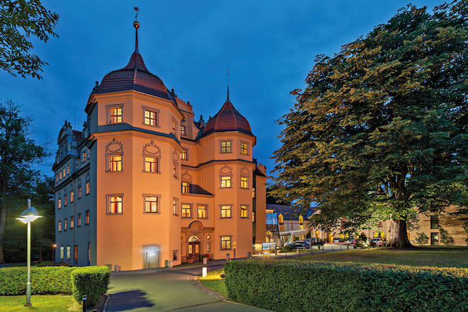 Märchenhaft: das Schlosshotel Althörnitz. Hier kann man nicht nur heiraten, sondern auch gleich die Flitterwochen verbringen. Foto: djd/www.Zittauer-Gebirge.com