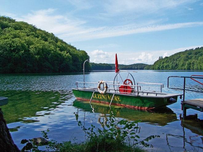 Zu der 10,5 Kilometer langen Fridolinwanderung gehört auch eine idyllische Überfahrt mit der Luzinfähre. Diese bringt die Naturfreunde von Feldberg zum Hullerbusch – einem 150-jährigen Buchenwald. (Foto: epr/Feldberger Seenlandschaft)