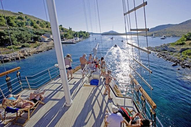 Wer sich ein eigenes Schiff chartert, verlebt unvergessliche Urlaubstage auf seiner individuellen Wunschtour. Die kroatische Inselwelt ist ein Eldorado für Segel-Törns. (Foto: epr/I.D. Riva Tours)
