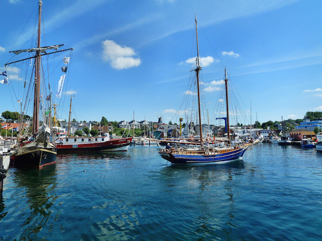 Eintauchen in die Welt von Captain Jack Sparrow: Im Yachthafen von Laboe lassen sich zahlreiche Boote und Schiffe bestaunen. (Foto: epr/Probstei Tourismus Marketing GbR)
