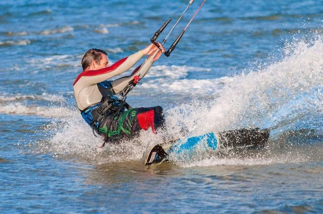 Action pur: Nach ein paar Übungsstunden in einer der sechs Wassersportschulen entlang der Ostseeküste kann es zum Kiten in die Wellen gehen. (Foto: epr/Probstei Tourismus Marketing GbR)
