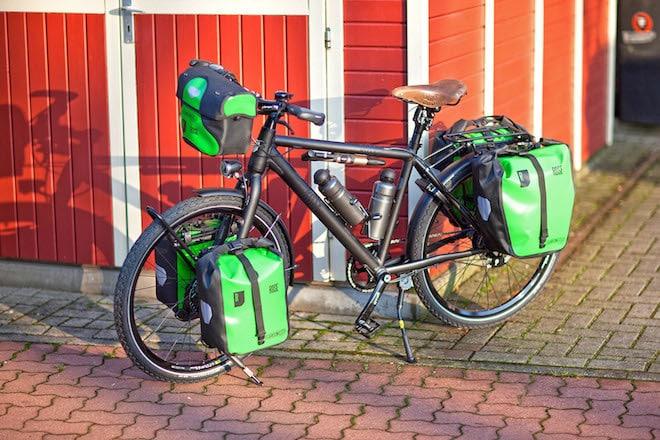 Frontroller und Backroller oder eine zusätzliche Lenkertasche für Kamera, Handy und Verpflegung: Je nach Umfang des Gepäcks können Radurlauber passende Transportlösungen auswählen, die das Mehrgewicht gleichmäßig aufs Bike verteilen. Foto: djd/Rose Bikes