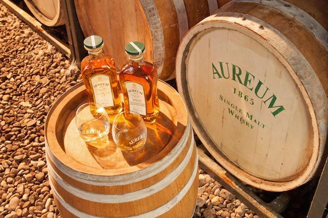 """Bei """"Aureum"""" handelt es sich um einen sechsjährigen Single Malt Whisky. Er reift in einer exquisiten Manufaktur in Freudenberg an der """"Route der Genüsse"""". Foto: djd/Tourismus Wertheim"""