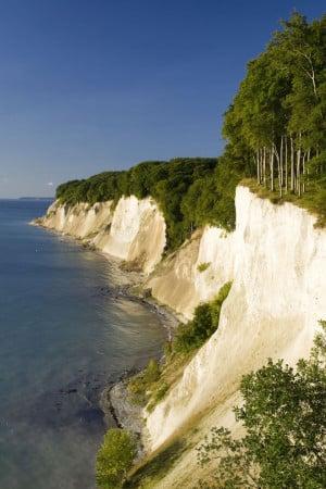 Zur berühmten Steilküste Rügens führen abwechslungsreiche Wanderwege. Foto: djd/Loev Hotel Rügen GmbH & Co. KG/El Gaucho/fotolia.com