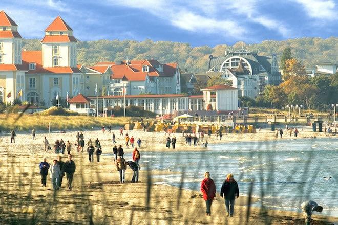 Herbst liegt in der Luft - am Strand von Binz auf der Insel Rügen. Für Wanderfans beginnt jetzt die schönste Jahreszeit. Foto: djd/KurverwaltungBinz/Clemens_Klüver