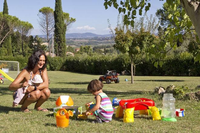 Ein Urlaubsdomizil mit Garten in der Toskana ist die Basis für den Spaß der Kids und die Erholung der Erwachsenen. Foto: djd/www.urlaubtoscana.de