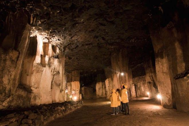 30 Meter unter der Stadt Mendig erstreckt sich dieses Labyrinth aus Schächten und Stollen. Foto: djd/Vulkanpark