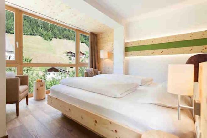 Panoramablick aus dem Zirbenholzzimmer des Hotel Rainer Foto: Wanderhotel Rainer