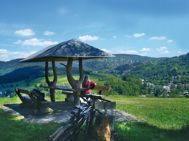 Nach einer ausgedehnten Radtour wird man in Klingenthal mit einer fabelhaften Aussicht ins Tal belohnt. (Foto: epr/Klingenthal)