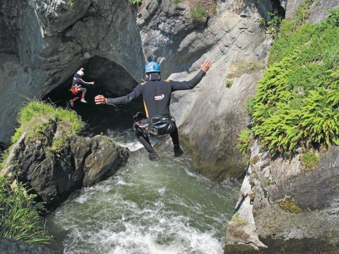 Nervenkitzel pur: Canyonisten erleben die unzähligen Berg- und Flusslandschaften schwimmend, kletternd, abseilend, rutschend oder wie hier springend. (Foto: epr/Imst Tourismus)