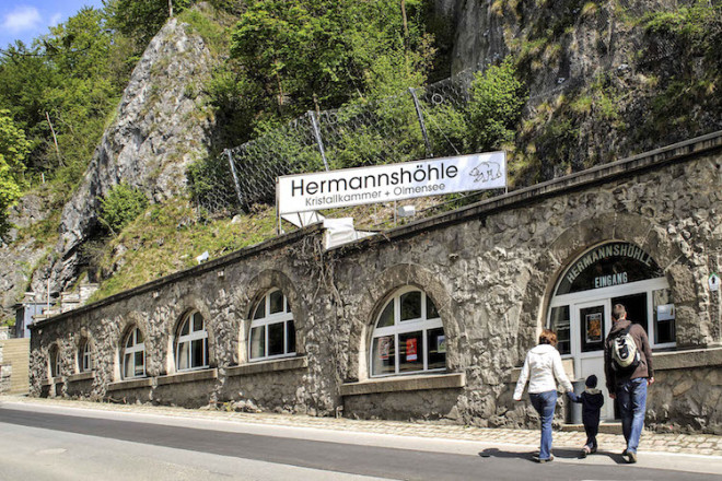 """Mitten im Ort führt ein Portal zur Hermannshöhle in den Berg hinein. Foto: djd/Tourismusbetrieb der Stadt Oberharz am Brocken - Rübeländer Tropfsteinhöhlen                                                                                                                                  Urheberrechte/Copyright: J√ºrgen Meusel, Phon: 039483/ 95951, Funk: 01702445977, e-mail: meusel-foto@t-online.de, BLZ: 81 052 000, Konto-Nr.: 401 128 156, Harzsparkasse, Ver√∂ffentlichung nur mit Urhebervermerk """"Foto: J. Meusel"""" Belegexemplar erbeten"""