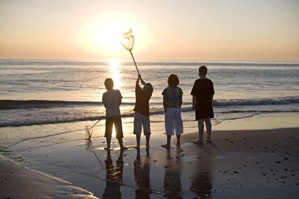 Als wärmster Monat Mittel- und Nordeuropas warten im August auch Nord- und Ostsee mit angenehm milden Badetemperaturen auf. Dänemarks Küsten sind daher ideal für den Urlaub mit der Familie. (Foto: epr/www.cofman.de/daenemark)