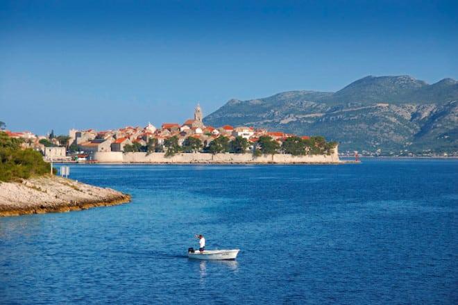 """nsider-Tipp: Die Insel Korčula wird auch liebevoll """"Klein-Dubrovnik"""" genannt und bietet ihren Besuchern romantische Gässchen zum Flanieren sowie mittelalterliche Paläste und Kirchen zum Bestaunen. (Foto: epr/I.D. Riva Tours)"""