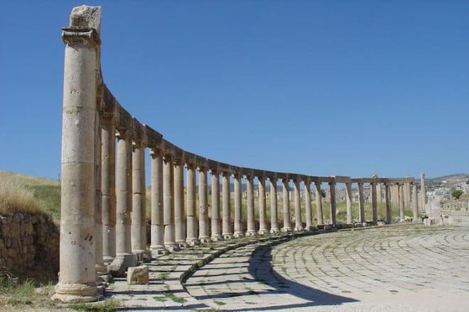 Die Säulen der Ruinenstadt Jerash zeugen von ihrer römischen Vergangenheit. Foto: djd/Bedu