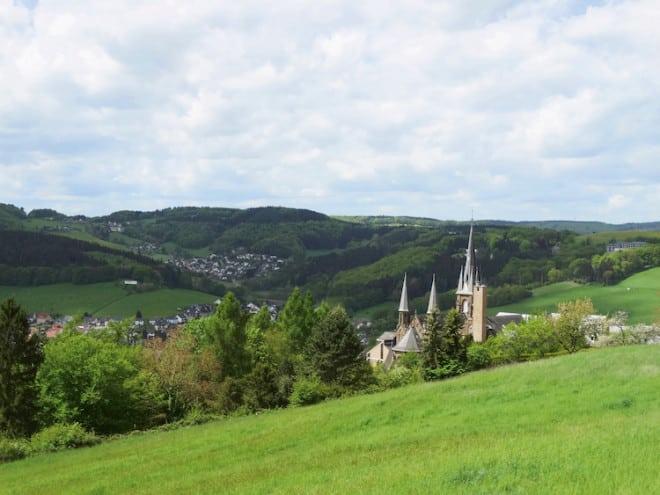 Historisch: Auf dem Weg durch Wiesenlandschaften ragen irgendwann die Türme des Klosters Marienhaus heraus. (Foto: epr/Touristik-Verband Wiedtal e.V.)