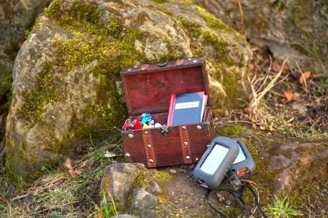 Beim Geocaching gilt es, im Gelände eine kleine Schatzkiste zu finden. Foto: djd/Hannover Marketing und Tourismus
