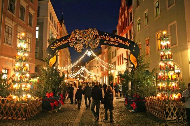 Der schlesische Christkindelmarkt lockt mit kulinarischen Spezialitäten aus der Region. Foto: djd/Europastadt GörlitzZgorzelec