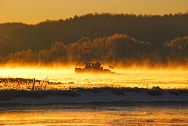 Leben am und auf dem Fluss: Die Landschaft entlang der Elbe hält viele Entdeckungen und Geheimtipps bereit - auch in Herbst und Winter lohnt sich ein Besuch. Foto: djd/Flusslandschaft Elbe/Uwe Schlüter